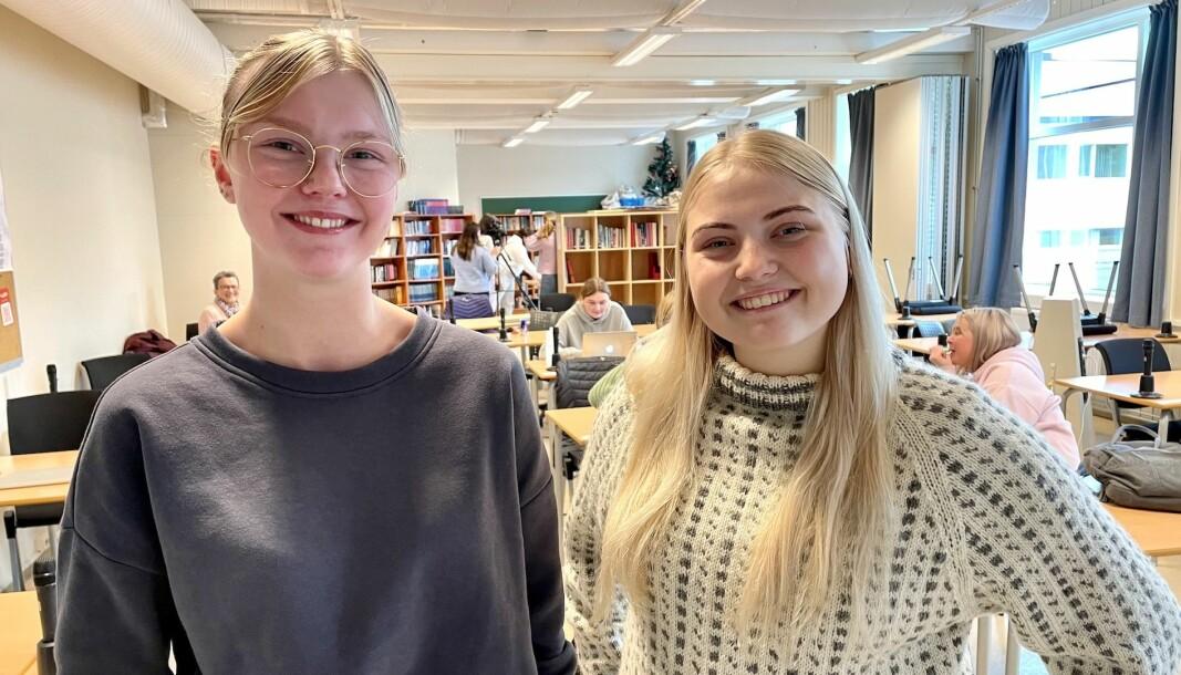 SKAL STEMME: Henriette Nærø (17) og Celina Frøystad (17) er glade for at dei fekk sjå ein skuledebatt, sjølv om dei helst skulle vore i lokalet sjølv også.