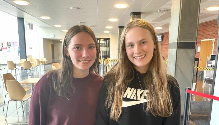 Syskenbarna Vanessa Vedvik og Lenita Vedvik gleder seg til å stemme ved kommunevalet i 2023. Enn så lenge må dei nøye seg med skulevalet.