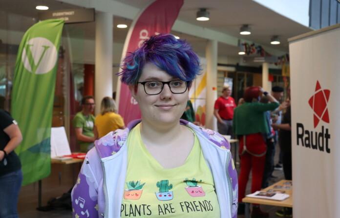 Student Jenny Ulla (21) synes det er viktig å snakke med alle partiene, selv om man ikke alltid er enig i politikken.