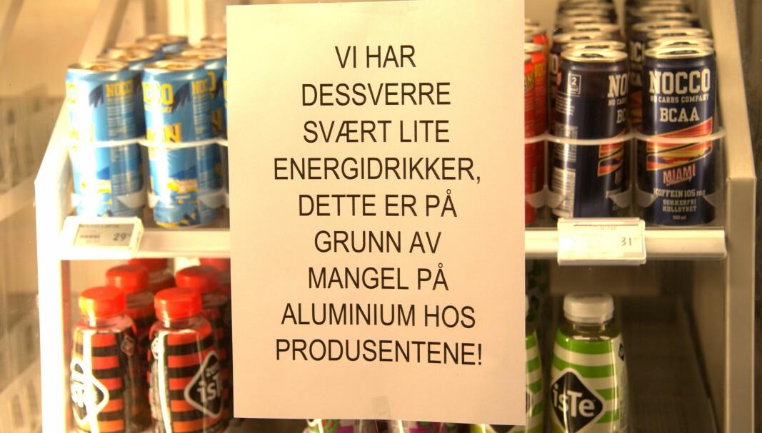 SKILT: På Spar Volda blir kunder møtt med dette skiltet når de skal hente en vare fra drikkeskapet.