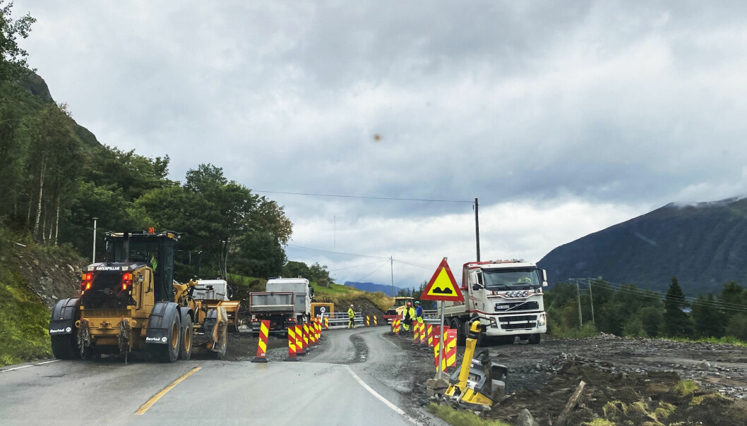 ARBEID: Mens arbeidet på Bjørndalsbrua foregår, må kjørende følge traffiklys og manuell dirigering. Broen skal være klar til åpning i uke 38.