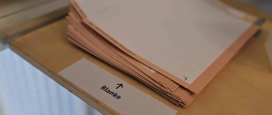 Stemmesedlene er identifisert med blindeskrift.