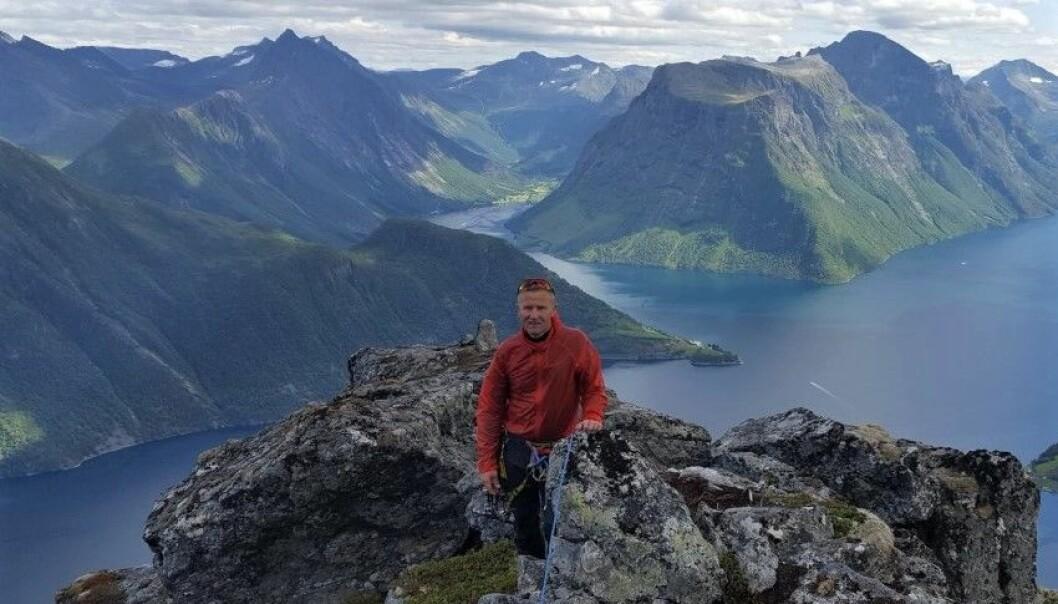 STYRELEDER: Her er Styreleder i DNT Sunnmøre på tur på Lynghalstinden. Det er en del av den foreslåtte nasjonalparken.
