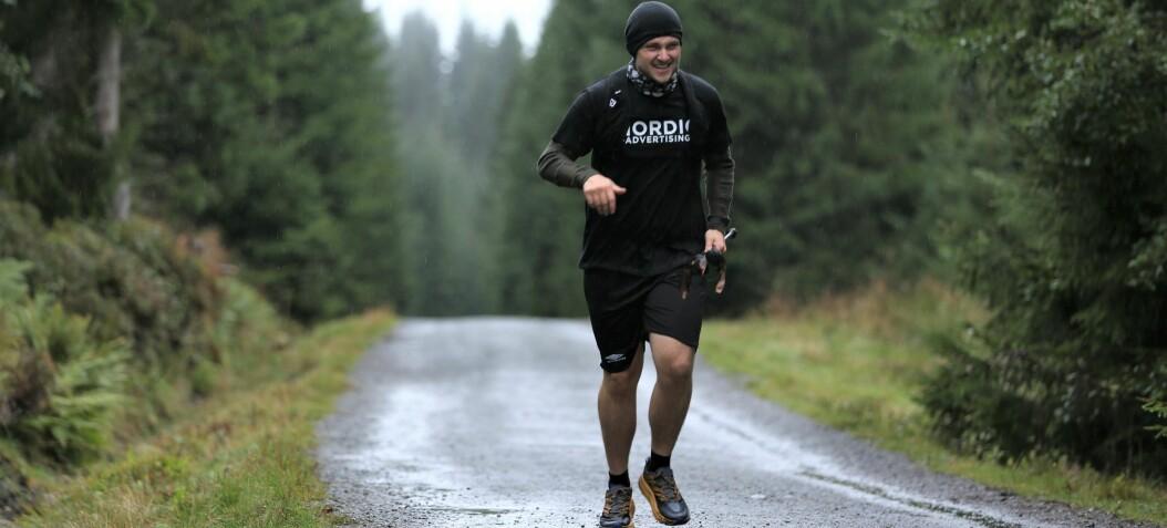 Løper over 100 kilometer rundt Rotevatnet: – Noen sier jeg er gal