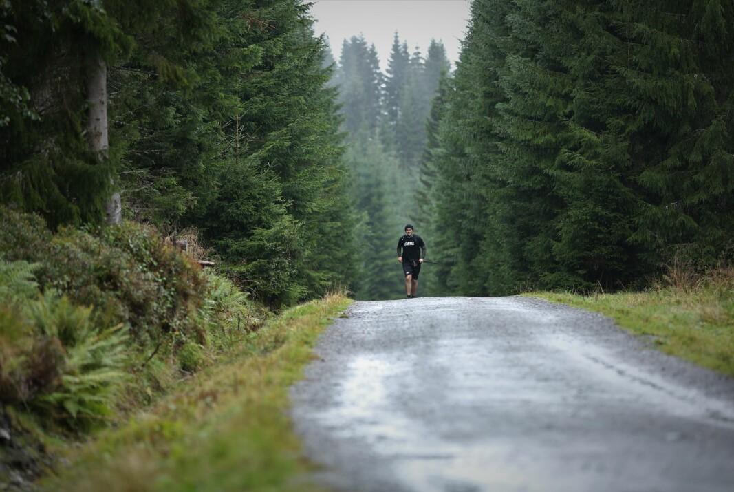 LANGT INNE I SKOGEN: Eirik Ramsli er i gang med å løpe. Langt. Og lenge.