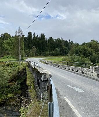 Broa Bård må krysse, i følge musikkvideoen, fører til den lengste veien i følge kartet.
