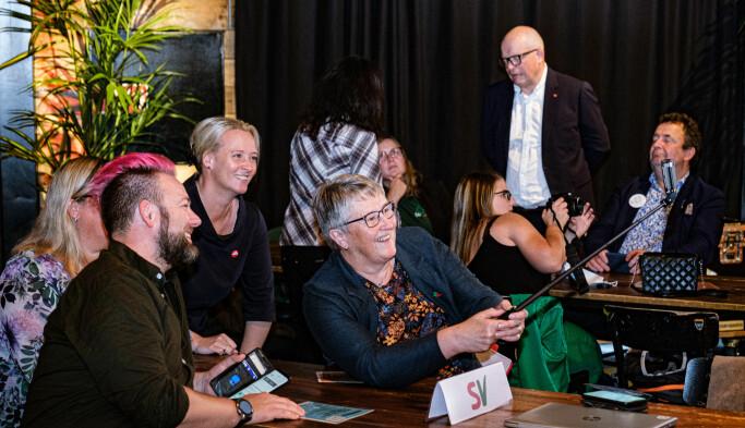 SELFIE: Førstekandidat Birgit Oline Kjerstad (SV) med spente partifeller før valgsendingen braker løs.