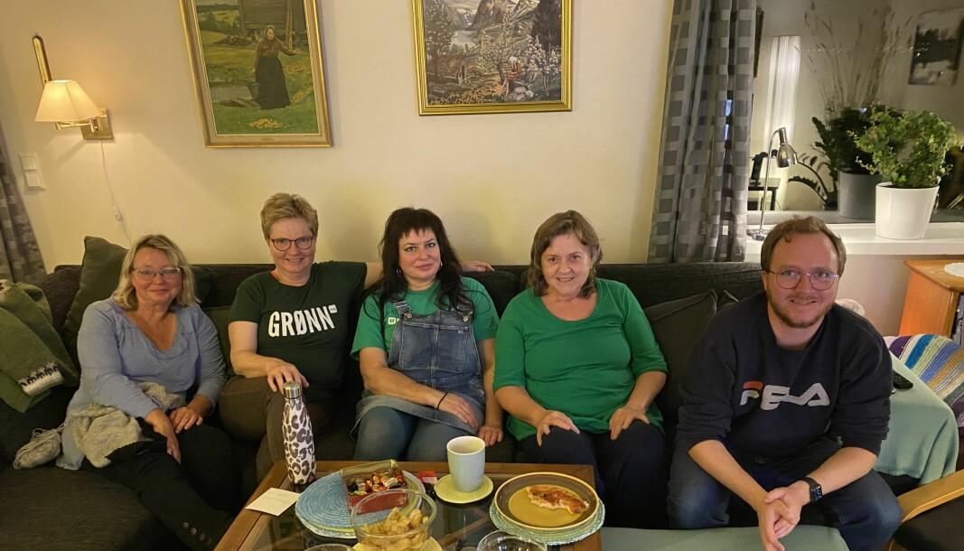 PÅ VALGVAKE I STUA: (f.v) Inghild Remøy, Annlaug Stokke, Irén Aambø, Magnhild Sande og Olav Øyehaug Opsvik.