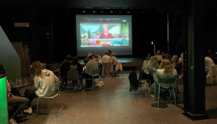 Det var et flertall av studenter under valgvaken på Rokken i Volda.