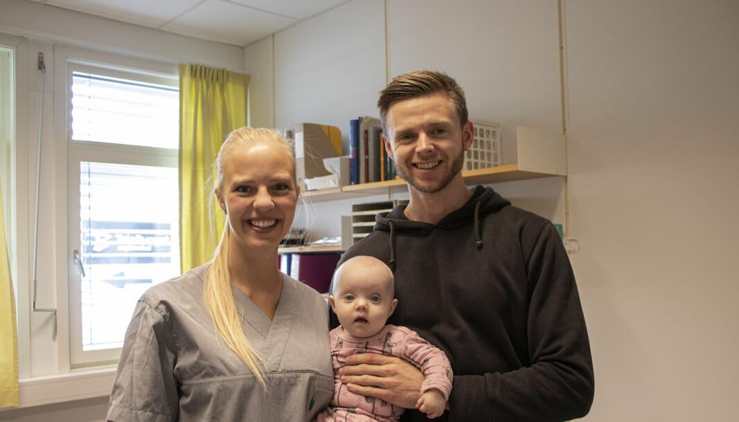 MØTES PÅ LEGEKONTORET: Margrethe Oma (f.v.) får besøk av samboer Marcus Osdal og deres datter Tiril på legekontoret i Volda. Margrethe er på jobb, men har pause. I løpet av pausen skal hun spise lunsj og amme Tiril.