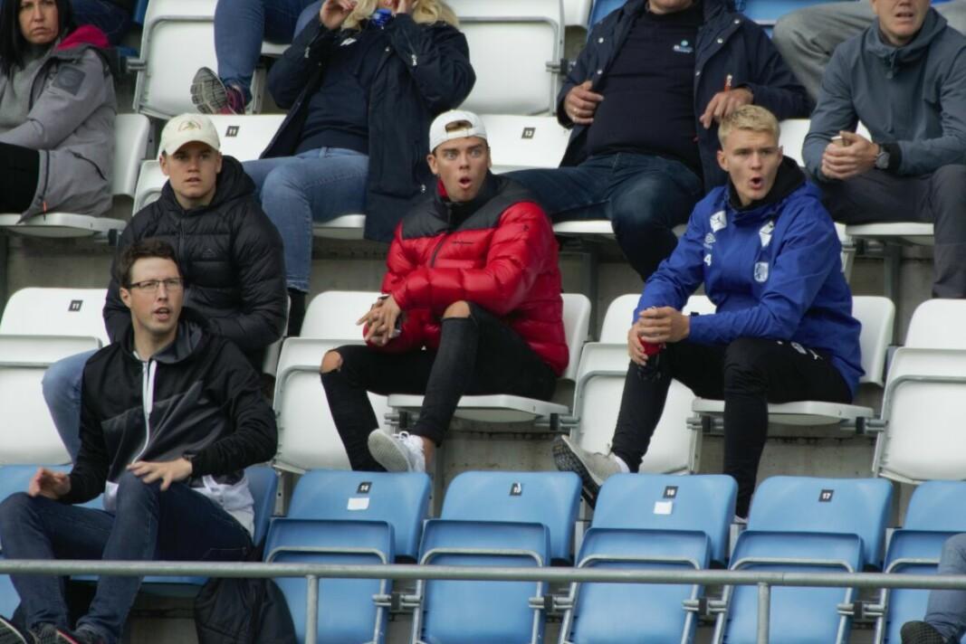 Ola Heltne Nilsen (i blå jakke) og kompisene fikk se et sjansesløsende Hødd-lag på Høddvoll søndag.