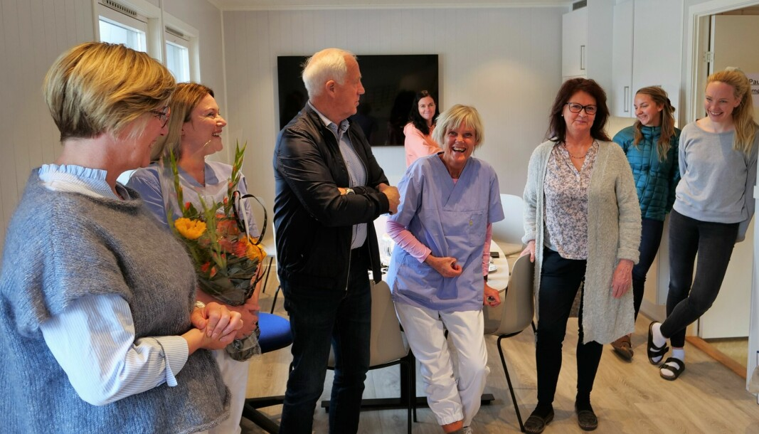 Ordfører i Volda, Sølvi Dimmen, og ordfører i Ørsta, Stein Aam, gir ros til de ansatte på teststasjonen i Hovdebygda.