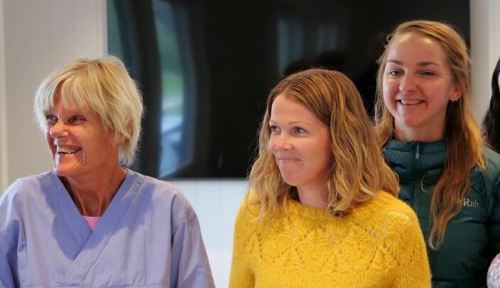 F.v: Koronatester Britt Juvkam, kommuneoverlege i Ørsta, Marte Vaage Øie, og lege ved teststasjonen, Aurora Topphol Midtflø.