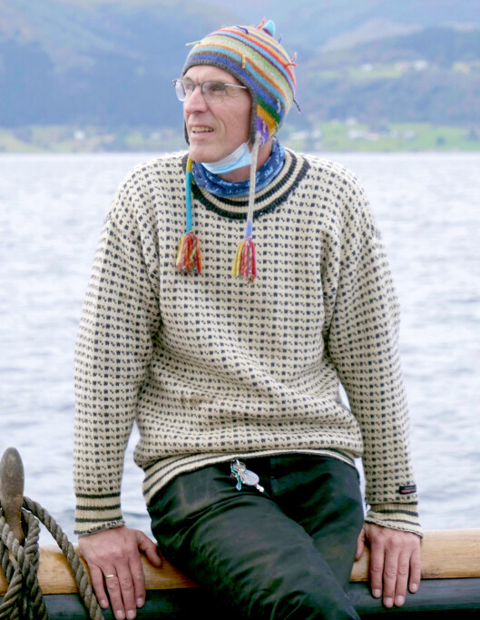 Jan-Kåre Blindheim både turner rundt i masta, og prater engasjert med alle ombord på Storeggen.