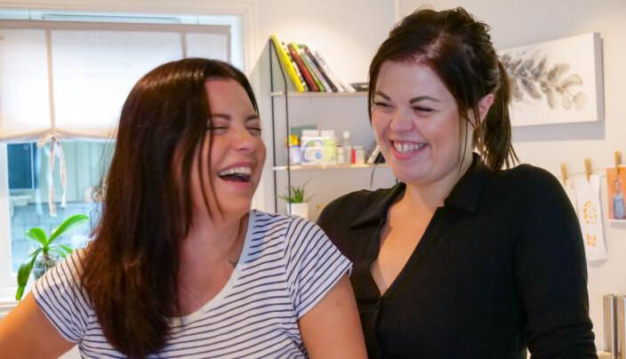 """Både Andrea og Mia har møtt på fleire utfordringar i livet, og da prøver dei å hugse på at """"det er betre å flire enn å grine"""". Dette er eit av bodskapa dei ønskjer å formidle til lyttarane."""