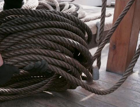 Tunge, seige og grove rep kveiles og legges pent på dekk.