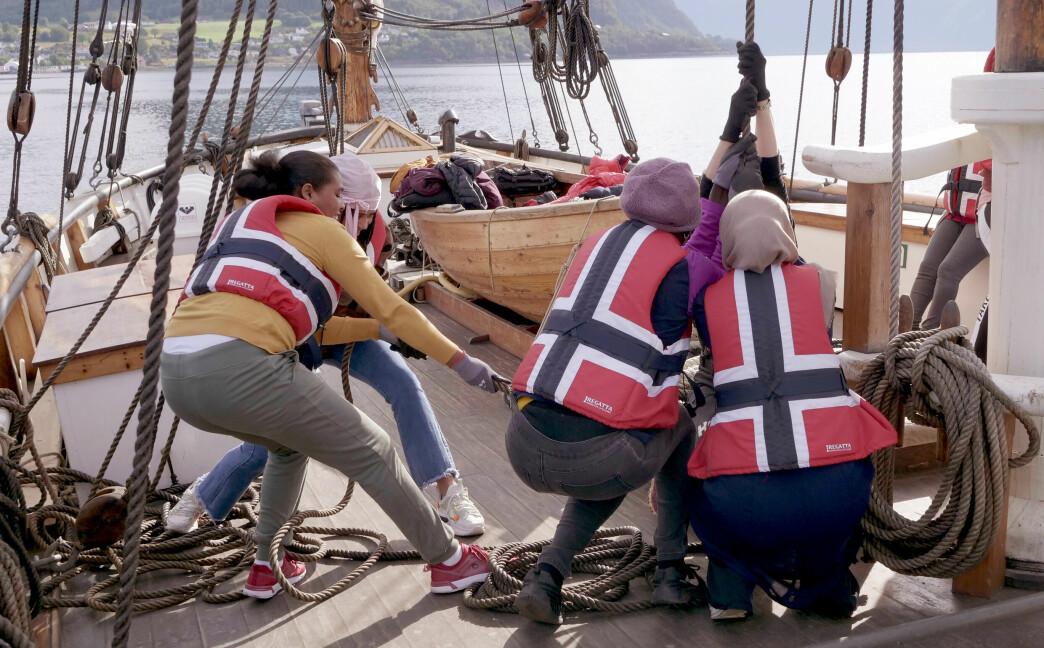 Det er tungt å heise seil, og det blir drakamp ute på Voldsfjorden.