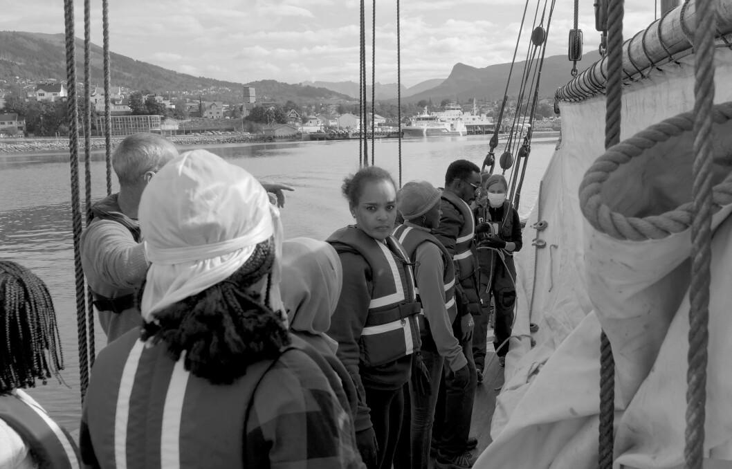 Ombord lærer klassen flere tradisjonelle seilingsteknikker.