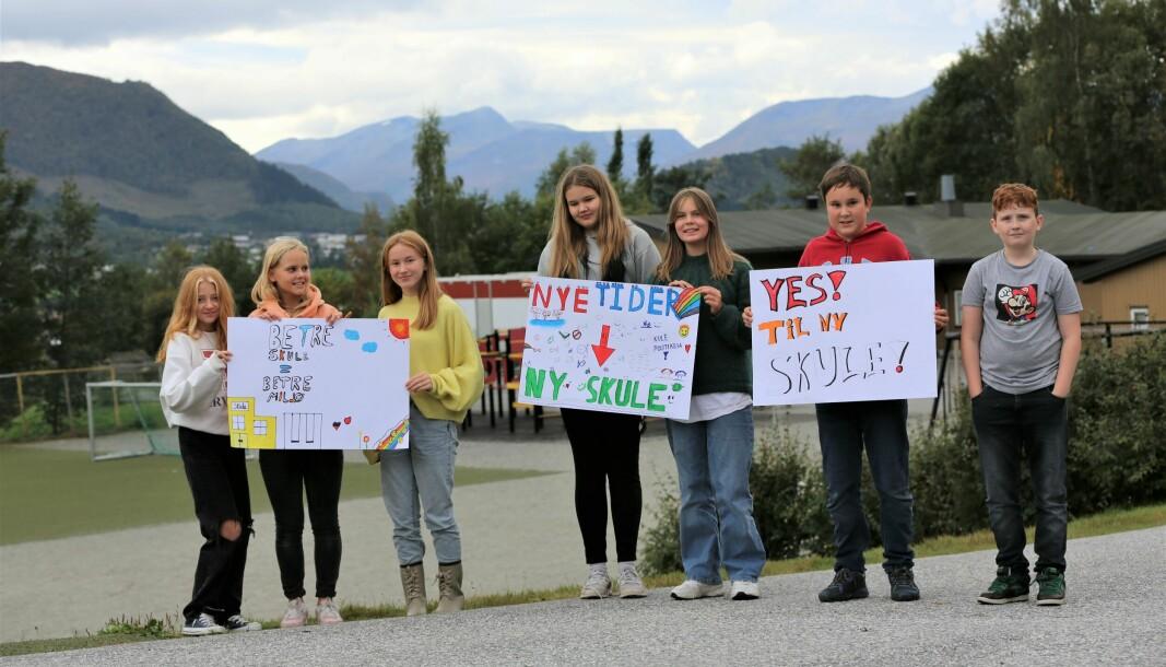 KLARE: Deler av sjuende klasse gjør seg klar for å demonstrere onsdag. F.v Hannah Ødegaard, Sofie Vartdal, Sigrid Frøland, Sandra Hoddevik, Kristin Sætre, Jonas Jacob, Ask Myklebust.