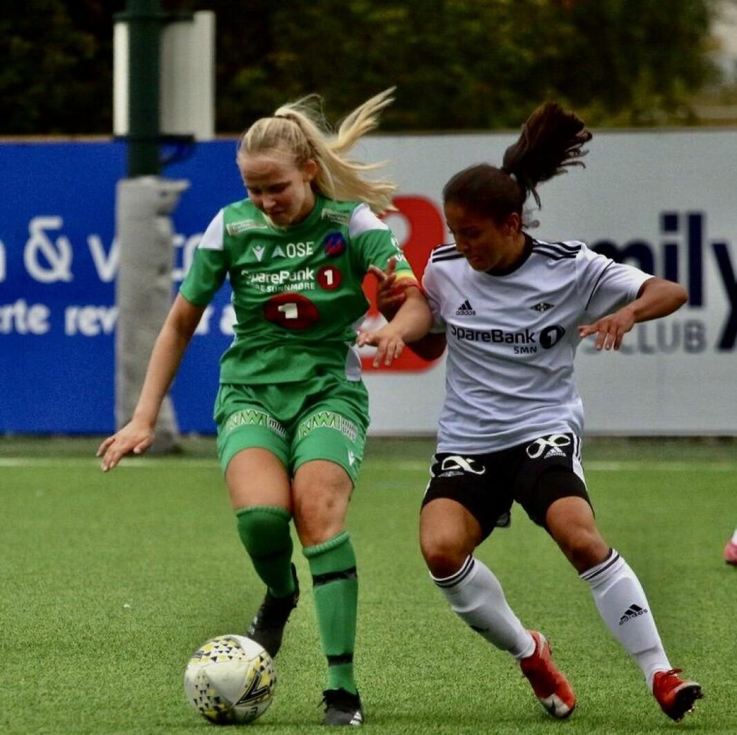Signe Vinjevoll (t.v.) i en duell mot Rosenborg 2 tidligere i sesongen da det ble 0-1-tap.