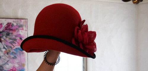 En favoritt: Den rød hatten er en av de Nina trekker frem som en yndling i samlingen.