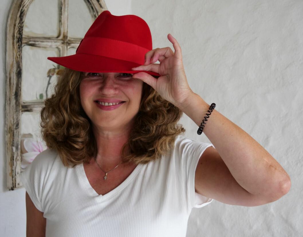 En hatt kan legge til det lille ekstra ved et antrekk - her er skaperen med en av de mer særpregedne hattene sine.