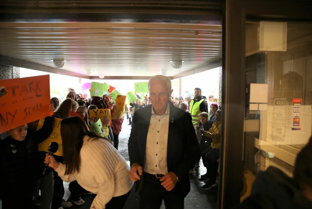 Ordfører Stein Aam (Sp) hilser på folkehavet utenfor.