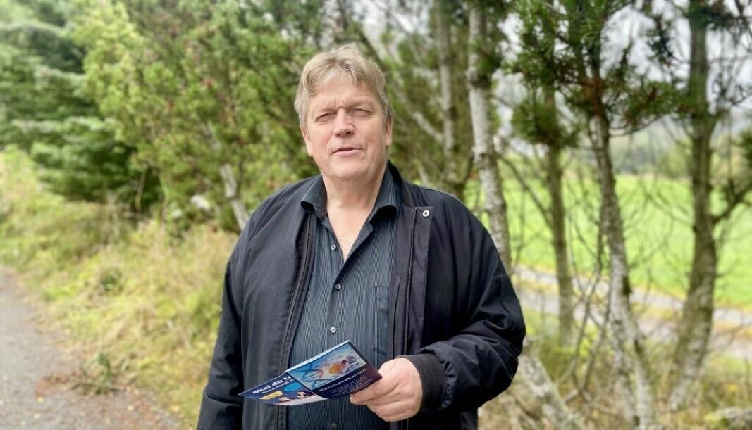 DELTE UT: Kåre Johan Lynge (63) delte ut vaksinebrosjyrer til skoleever på Søre Sunnmøre.