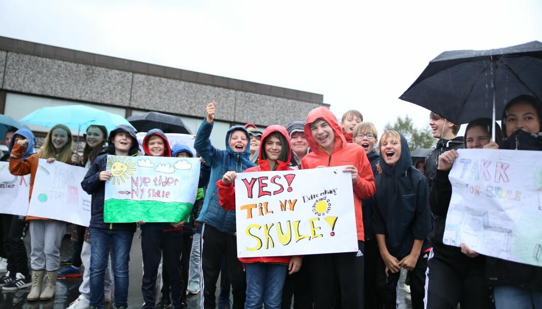 DEMONSTRERTE: Barna utenfor kulturhuset var klar i sin tale.