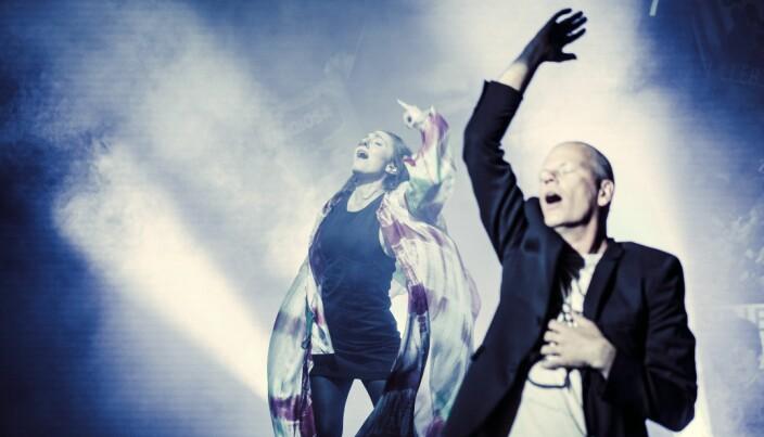 Saman med Are Kalvø er Julie Støp Husby å sjå på scena.