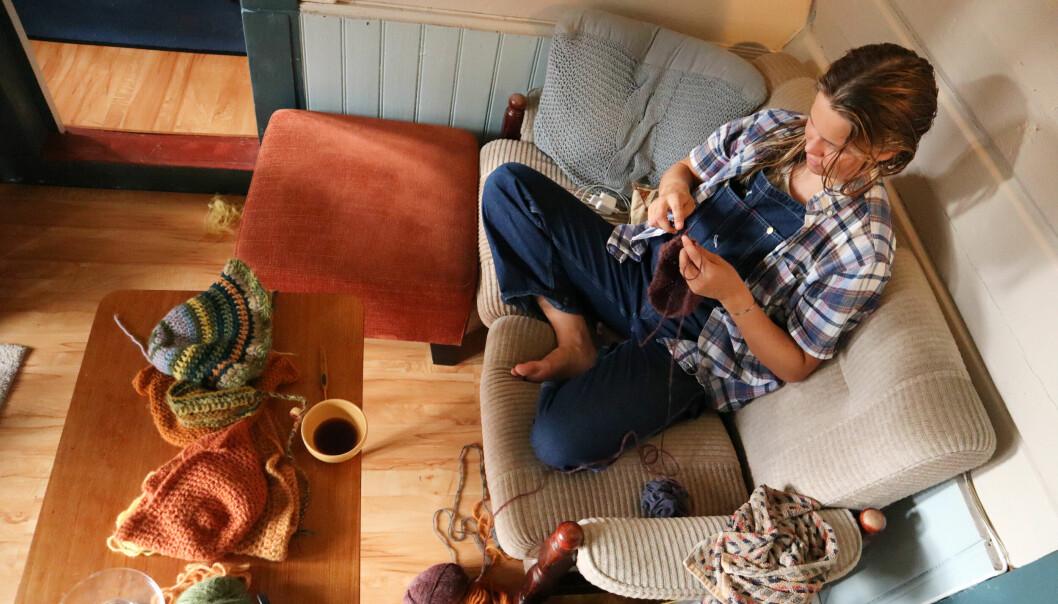 DILLA: Pia Ranum er en hekleentusiast som til tider hekler så mye at hun kjenner tendenser til senebetennelse.