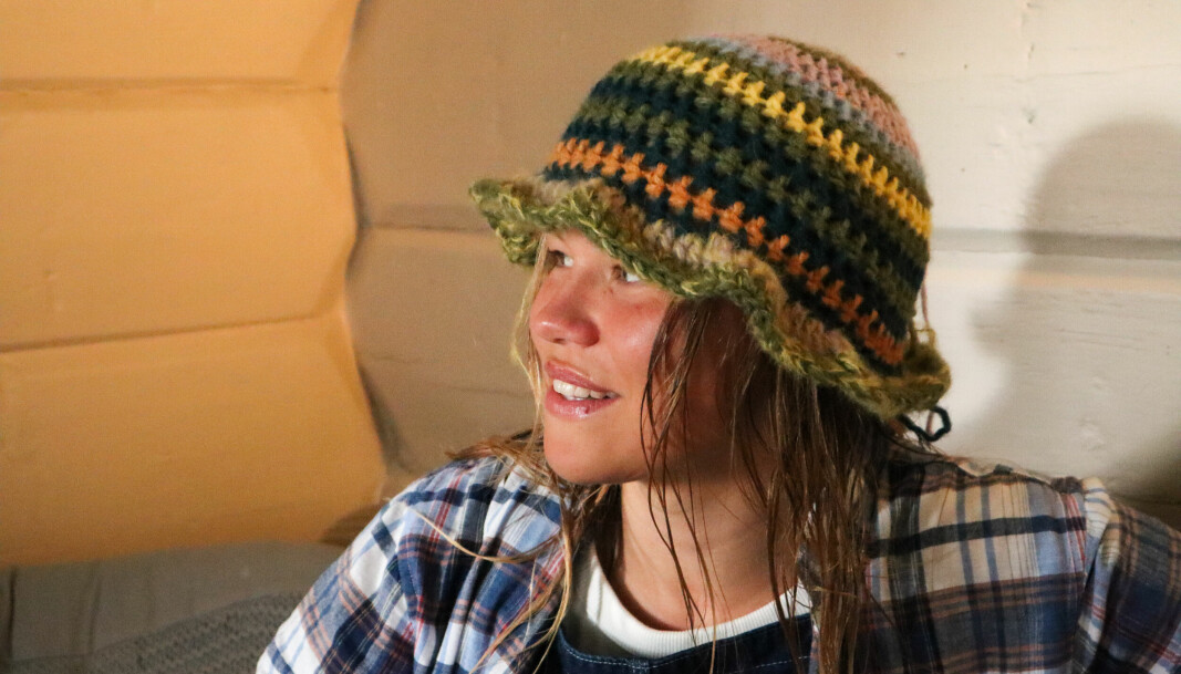 DISCOKJERRINGA: Heklahatten Pia har på seg strikket hun til en venn. Den fikk navnet Discokjerringa på grunn av fargene