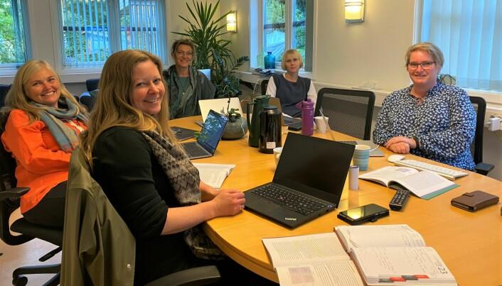 MØTE-GLEDE: Det er ikke ofte de ansatte hos Globalskolen får mulighet til å møtes fysisk. (f.v.) Turi Ø. Rustøy, Marte Sande, Karin Kolås, Caroline Overaa og Elisabeth Mork.