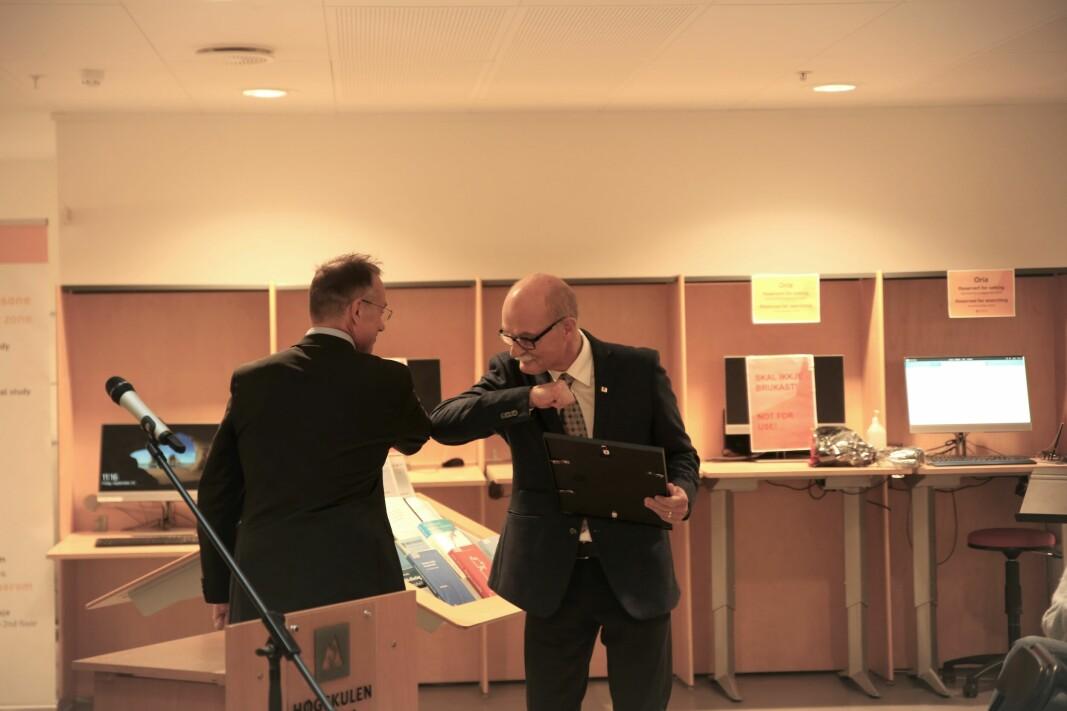 VINNER: Her får Roar Amdam (t.h.) FoU-prisen av rektor ved Høgskulen i Volda, Johann Roppen.