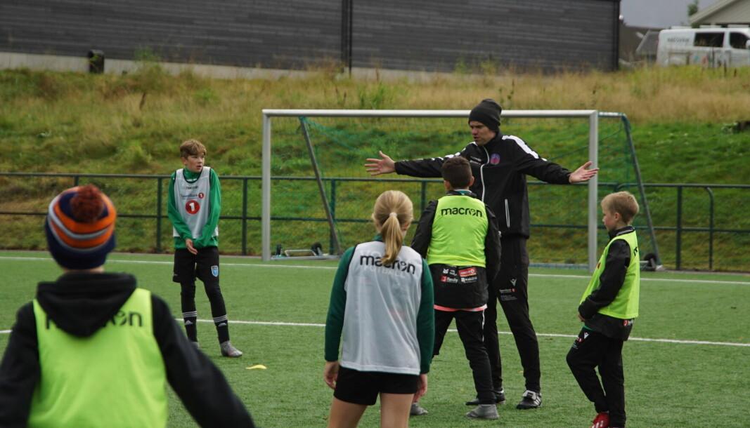 SLØVT: Treneren fra Måløy synes det tidvis var for dårlig intensitet på treningen: – Bestemora mi hadde stoppet pasningene deres i dag, utbryter han.
