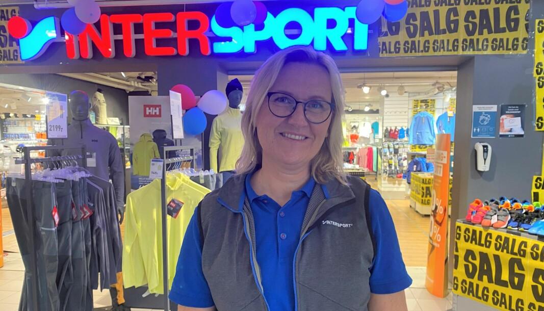 SJEF: butikksjef ved Intersport-butikken Sport Volda AS, Linda Sefland, forteller at prisene trolig vil øke frem mot jul.