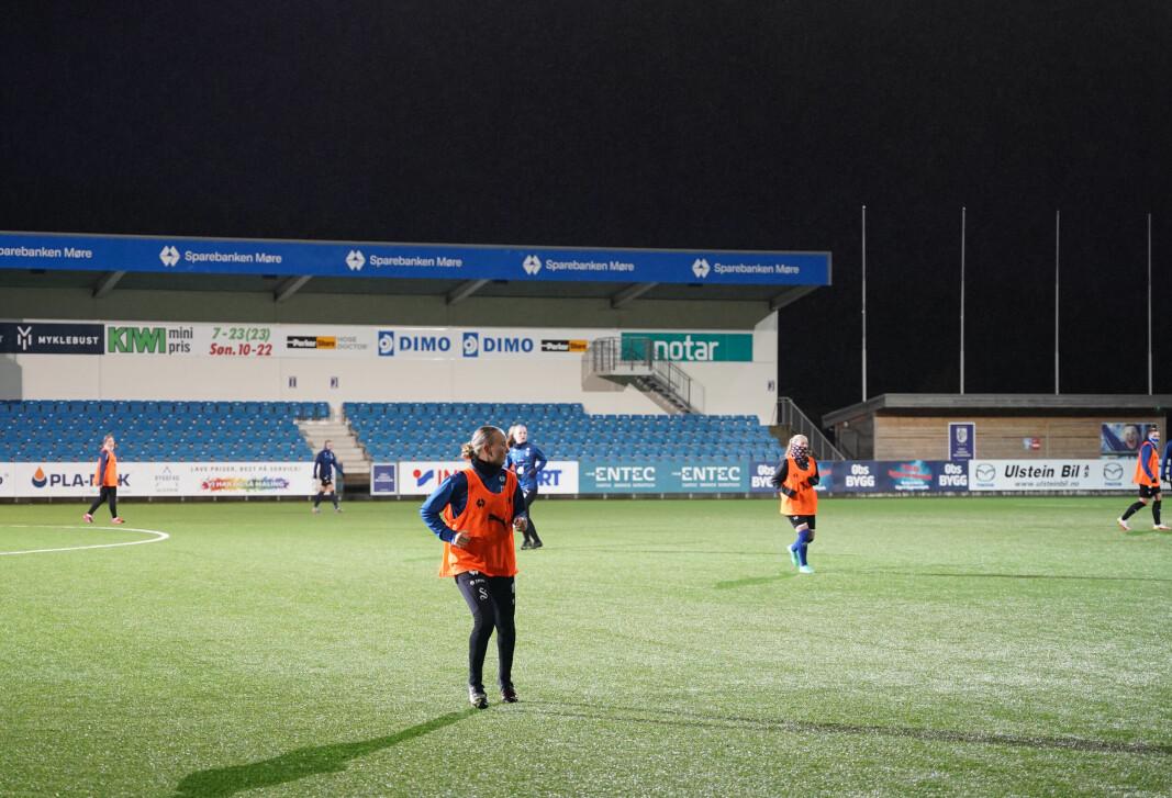 Madelen Eid (16) trener og spiller på Hødvoll stadion. Her trener hun på formasjonsspill.
