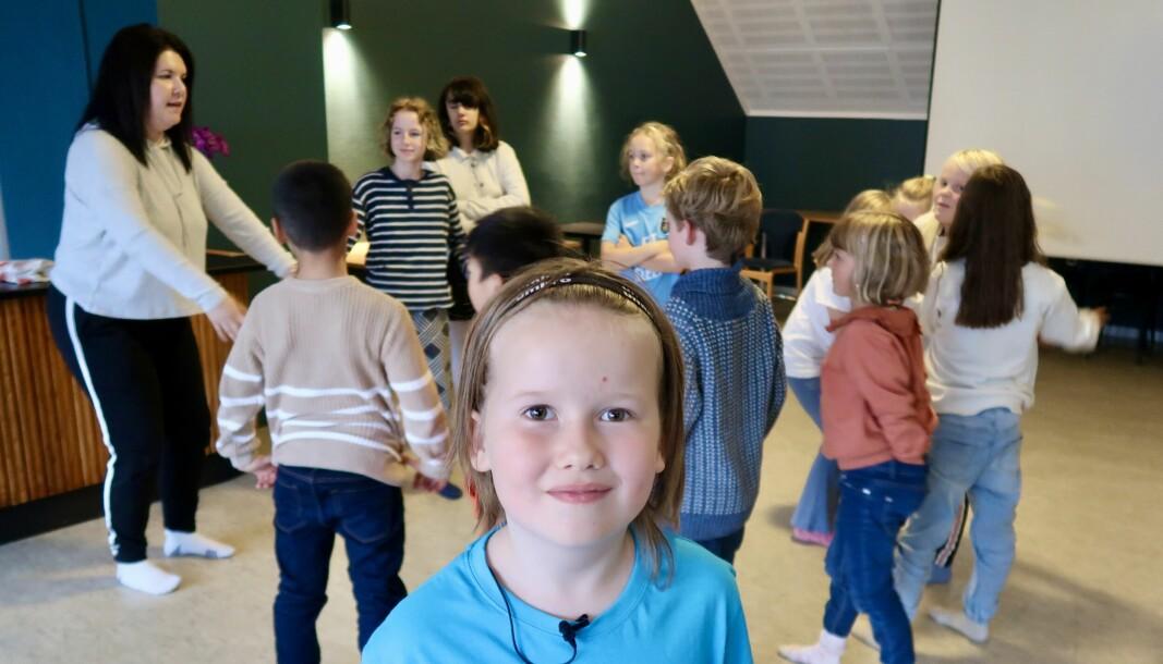 Teatergruppa varmar opp før dei går i gong med å være ulike dyr. Georg var ein T-Rex med store klør! Instruktør Martine Follestad til venstre.