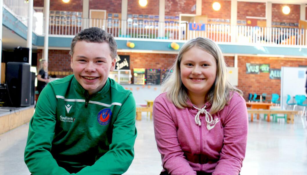 DÅRLIG LUFT: Åttendeklassingene Jone Zetterstrøm og Amalie Christina Eggesbø synes det er dårlig luft i gamle Volda ungdomsskule. De ser frem til en skolehverdag med bedre luft.