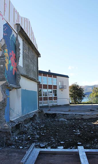 RIVES: Skolens sidefløy er revet ned. Det skal bygges et nytt bygg som elever og ansatte skal flytte inn i. Da skal også hovedbygget rives.