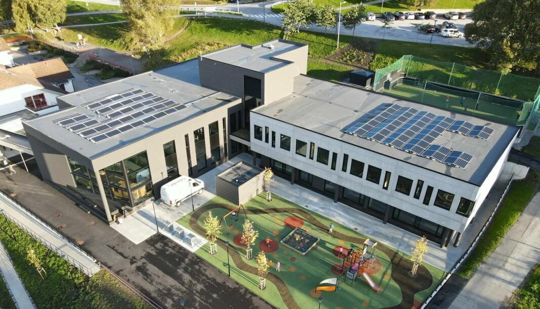 Til venstre er svalgangen som binder den nye barneskolen sammen med det eksisterende bygget fra 1996