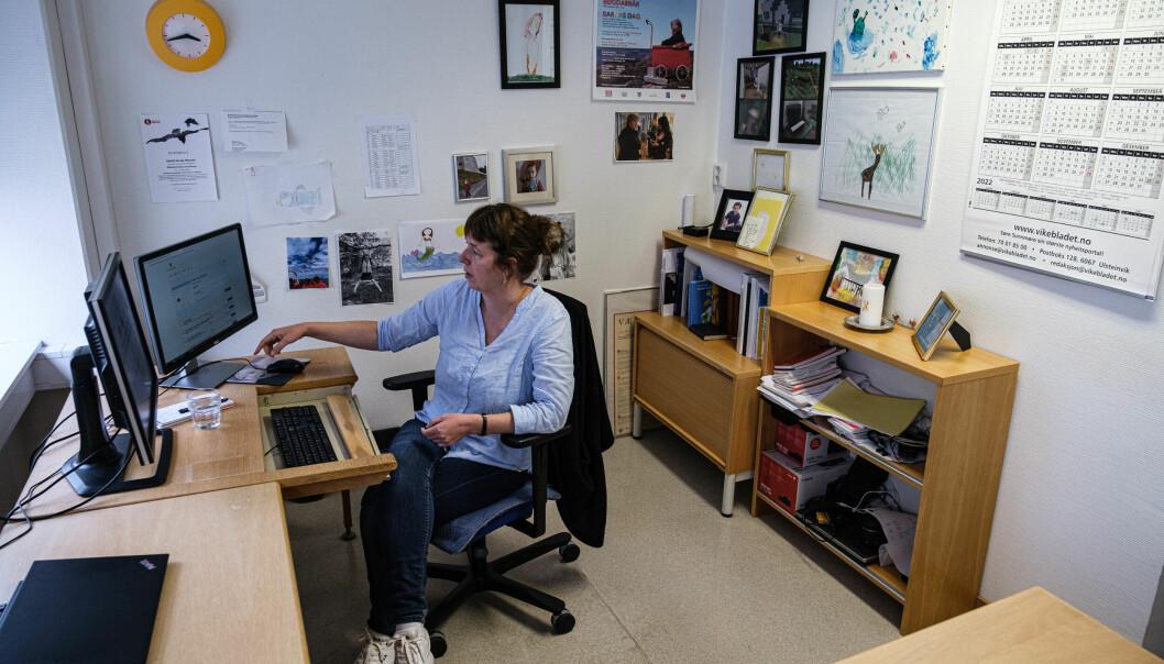 Ingvild Aursøy Måseide som søker innsyn på kontoret sitt i Ulsteinvik