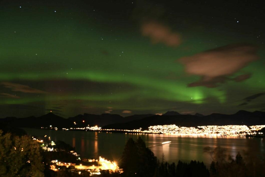 GRØNN HIMMEL: Aurora polaris, eller nordlys om du vil, dukket opp over himmelen til Volda og Folkestad torsdag kveld.