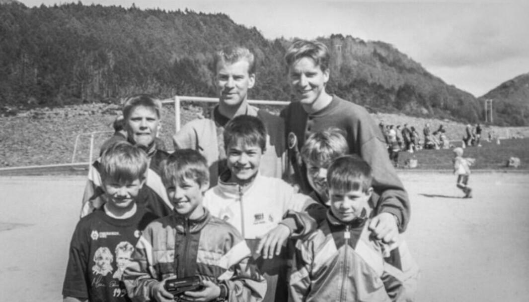 «HEIM IGJEN»: Jan Åge Fjørtoft tar opp tradisjonen med fotballskole i Gursken. Her fra 1994 med landslagskollega Tore Pedersen.