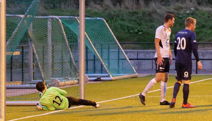 Marius Haaberg Ersvåg famler ballen over streken da kampens første scoring kom signert Simon Bjørdal etter kvarteret spilt.