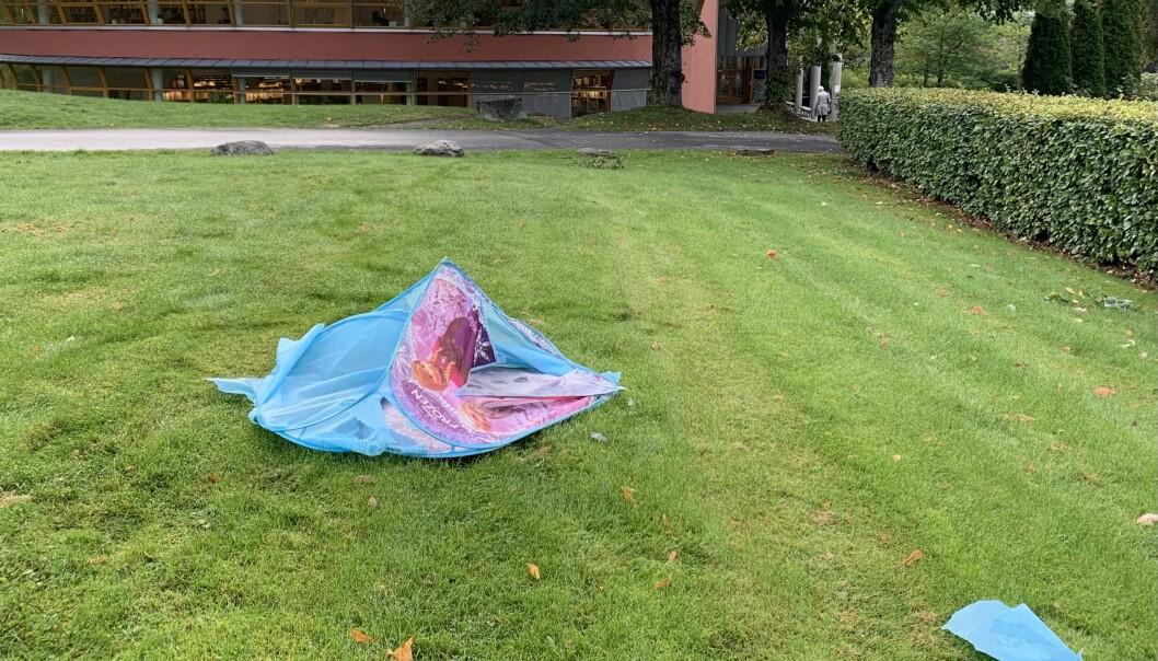 Dette teltet lå et døgn utenfor Høgskulen i Volda, før Nærnetts reportere plukket det opp.