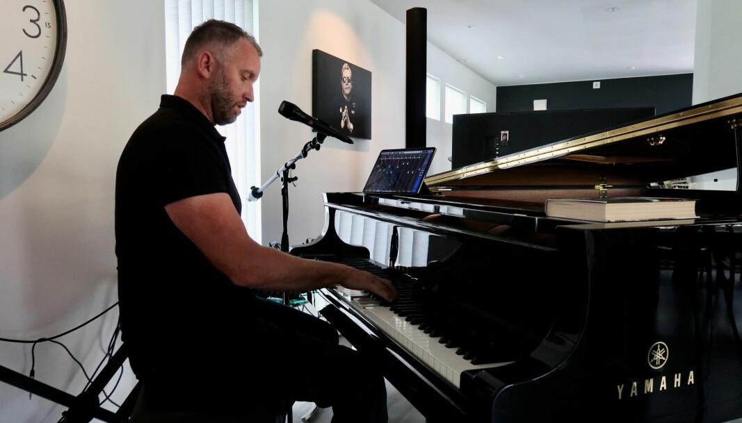 Grodås fortel at alt, både av sangkunnskap og piano, er sjølvlært.