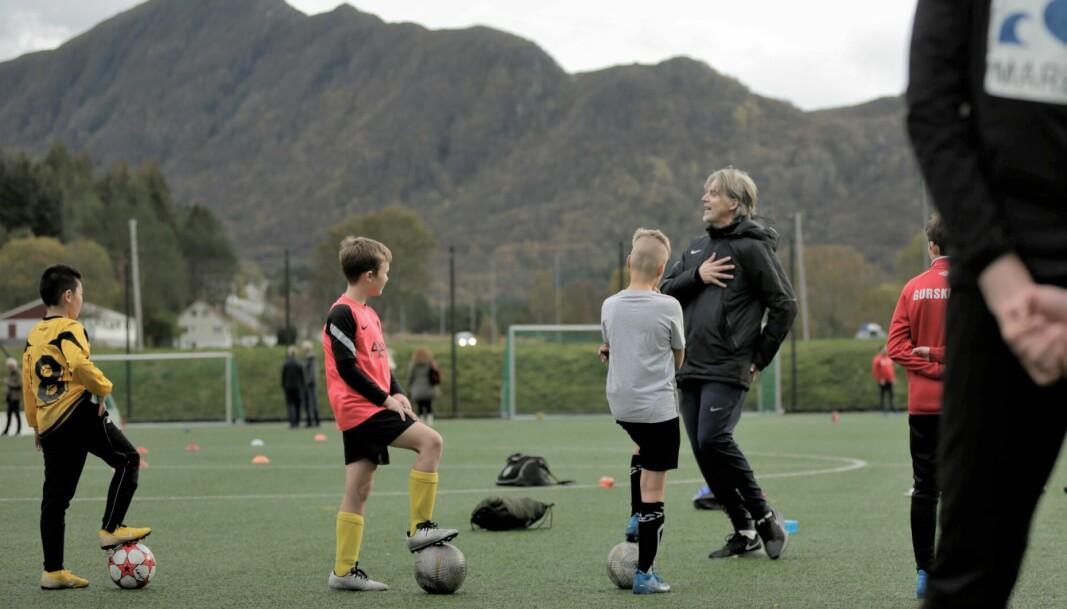 FORBILDE: Ungene fulgte nøye med på hva Jan Åge Fjørtoft hadde å si da han tok del i treningen.