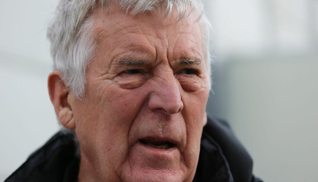 Kåre Fjørtoft (78) bruker deler av fritiden sin til å dømme fotballkamper.