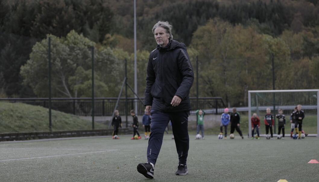 TILBAKE TIL RØTTENE: Jan Åge Fjørtoft (54) i aksjon under sin egen fotballskole lørdag.